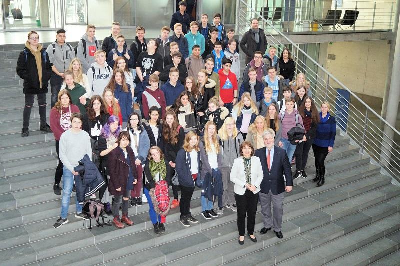 In der Hauptstadt trafen sich die Schüler der OBS Ofenerdiek mit den beiden CDU-Bundestagsabgeordneten Barbara Woltmann und Stephan Albani (vorne). Foto: pv